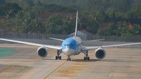 Boeing 787 Dreamliner en delantal almacen de metraje de vídeo