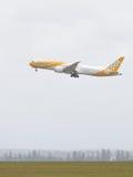 Boeing 787-9 Dreamliner entfernt sich Stockfotos