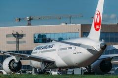 Boeing 787-8 Dreamliner Japan Airlines tar av Arkivbilder