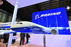 Boeing 787-8 Dreamliner modell på skärm på Singapore Airshow Royaltyfria Foton