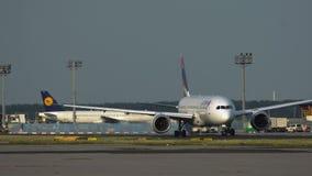 Boeing 787 Dreamliner que lleva en taxi en el aeropuerto de Francfort almacen de video