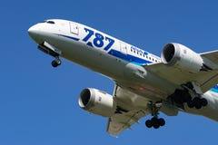 Boeing 787-8 Dreamliner som tar av Royaltyfri Bild