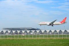 Boeing 787-8 Dreamliner VT-ANI di atterraggio di Air India al suvarnabh Fotografia Stock