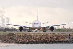 Boeing 787 dreamlinertrafikflygplan på landningsbana Arkivbild