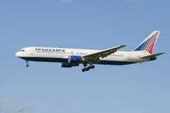 Boeing 767-319 EI-UNC de la société Transaero avant le débarquement dans l'aéroport de Pulkovo Image libre de droits