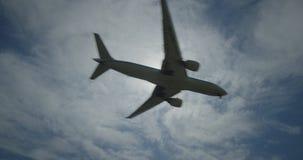 Boeing 777 em voo contra o sol filme