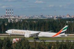 Boeing 777 emirater, flygplats Pulkovo, Ryssland St Petersburg Augusti 2016 Fotografering för Bildbyråer