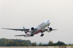 Boeing 777-200 Emirates airlines take off Stock Photos