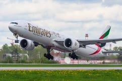Boeing 777 Emiratfluglinien, Flughafen Pulkovo, Russland St Petersburg im August 2016 Lizenzfreie Stockfotos