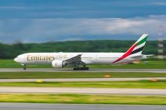 Boeing 777 emiratflygbolag, flygplats Pulkovo, Ryssland St Petersburg Augusti 2016 Arkivfoto