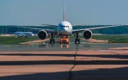 Boeing 777-300 emiratflygbolag som beskattar på förklädet Arkivfoton