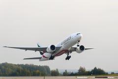 Boeing 777-200 emiratflygbolag tar av Arkivfoton