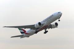 Boeing 777-200 emiratflygbolag tar av Fotografering för Bildbyråer