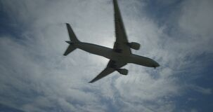 Boeing 777 en vuelo contra el sol metrajes
