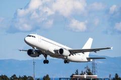 Boeing 737-800 entfernend Lizenzfreie Stockbilder