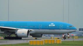 Boeing 777-206ER de las líneas aéreas de KLM está llevando en taxi a la pista almacen de metraje de vídeo