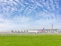 Boeing 777-300ER del IE de Thai Airways que se prepara para saca en el aeropuerto de Suvarnabhumi con el fondo del cielo azul 12  imágenes de archivo libres de regalías