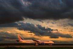 Boeing 777-200er Transaero flygbolag tar av landningsbanan på flygplatsen Fotografering för Bildbyråer