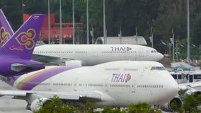 Boeing 747 está antes da pista de decolagem e da espera da aterrissagem de Airbus A320 filme
