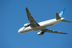 boeing för luft 777 flyg New Zealand Fotografering för Bildbyråer