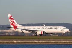 Boeing 737-800 för oskuldAustralien flygbolag som flygplan tar av från Sydney Airport Royaltyfria Foton