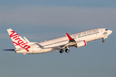 Boeing 737-800 för oskuldAustralien flygbolag som flygplan tar av från Sydney Airport Arkivbild