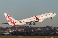 Boeing 737-800 för oskuldAustralien flygbolag som flygplan tar av från Sydney Airport Arkivbilder