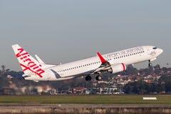 Boeing 737-800 för oskuldAustralien flygbolag som flygplan tar av från Sydney Airport Royaltyfria Bilder
