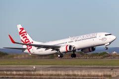 Boeing 737-800 för oskuldAustralien flygbolag som flygplan tar av från Sydney Airport Royaltyfri Bild