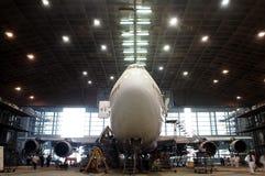 Boeing-Flug warten darunter Stockfotos