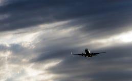 Boeing 737-800 flyger i himlen Royaltyfri Bild