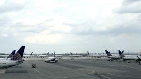 Boeing flygplan p? porten p? Newark Liberty International Airport royaltyfri bild