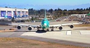 Boeing 747 flygplan som beskattar på landningsbanan Arkivfoto