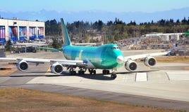 Boeing 747 flygplan som beskattar på landningsbanan Arkivbild