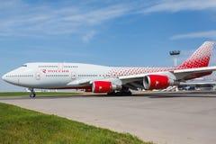 Boeing 747 flyttningar på landningsbanan Royaltyfria Foton