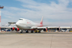 Boeing 747 flyttningar på landningsbanan Arkivfoto