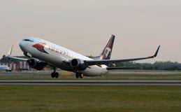 Boeing 737-8FN som tar av royaltyfria foton