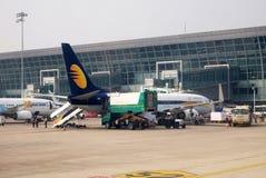 Boeing 737-800 a fonctionné par Jet Airways à l'aéroport international de Kolkata Photos libres de droits
