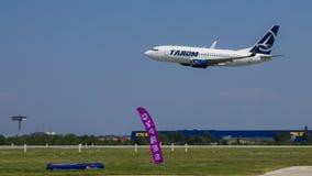 Boeing 737 från TAROM Royaltyfria Foton