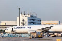 Boeing 777 fraktbåt av Lufthansa Cargo Arkivfoto