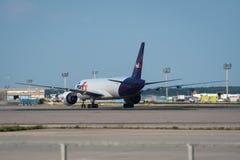 Boeing 777-FS2 da volta de Fedex ao terminal de aeroporto Imagens de Stock