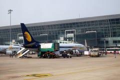 Boeing 737-800 fungerade vid Jet Airways på Delhi den internationella flygplatsen Royaltyfri Foto