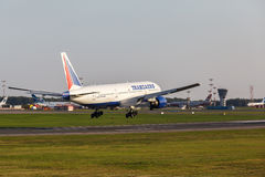 Boeing 777 gelandet auf Rollbahn Lizenzfreies Stockbild