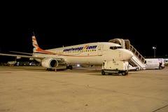 Boeing 737-8GJ door Travel Service in werking dat wordt gesteld dat royalty-vrije stock fotografie