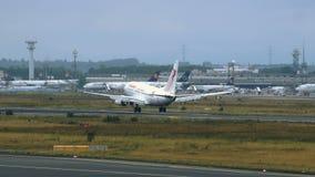 Boeing 737-6H3 de Tunisair que se acerca al aeropuerto de Frankfurt-am-Main almacen de metraje de vídeo