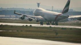 Boeing 747-4HAF-ER del aterrizaje de los emiratos metrajes