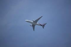Boeing 777-200 HS-TJA TG103 Fotografering för Bildbyråer