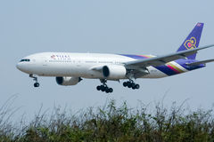 Boeing 777-200 HS-TJF of Thaiairway Stock Images