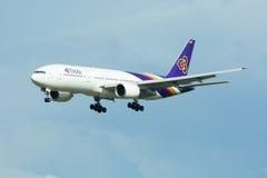 Boeing 777-200 HS-TJG av Thaiairway Royaltyfri Fotografi