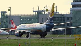 Boeing 737-8HX von Sun drücken das Mit einem Taxi fahren aus stock video footage